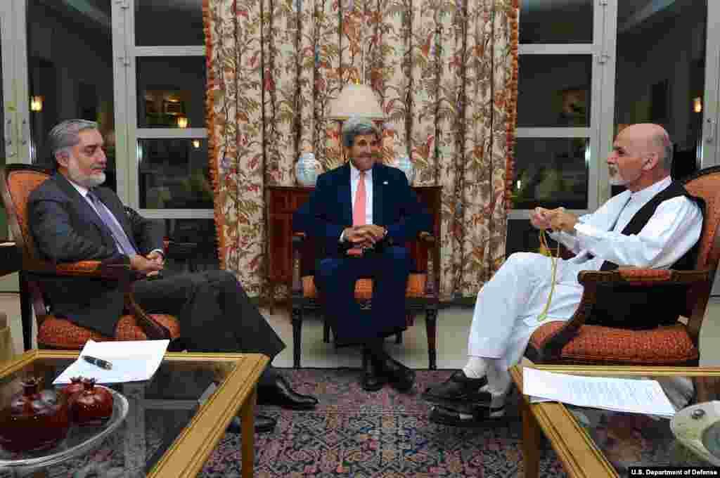 پس از کشمکش فراوان میان دو کاندید انتخابات افغانستان که هر دو ادعای پیروزی داشتند، جان کری وزیر خارجۀ ایالات متحدۀ امریکا هر دو را به تشکیل حکومت وحدت ملی متقاعد ساخت.
