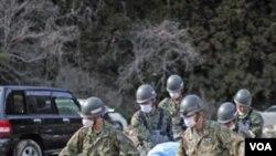Las fuerzas de autodefensa de Japón siguen retirando víctimas de entre los escombros.
