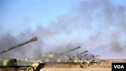 Tank-tank pasukan Suriah dilaporkan menggempur para pemberontak di pinggiran Damaskus (foto: dok).