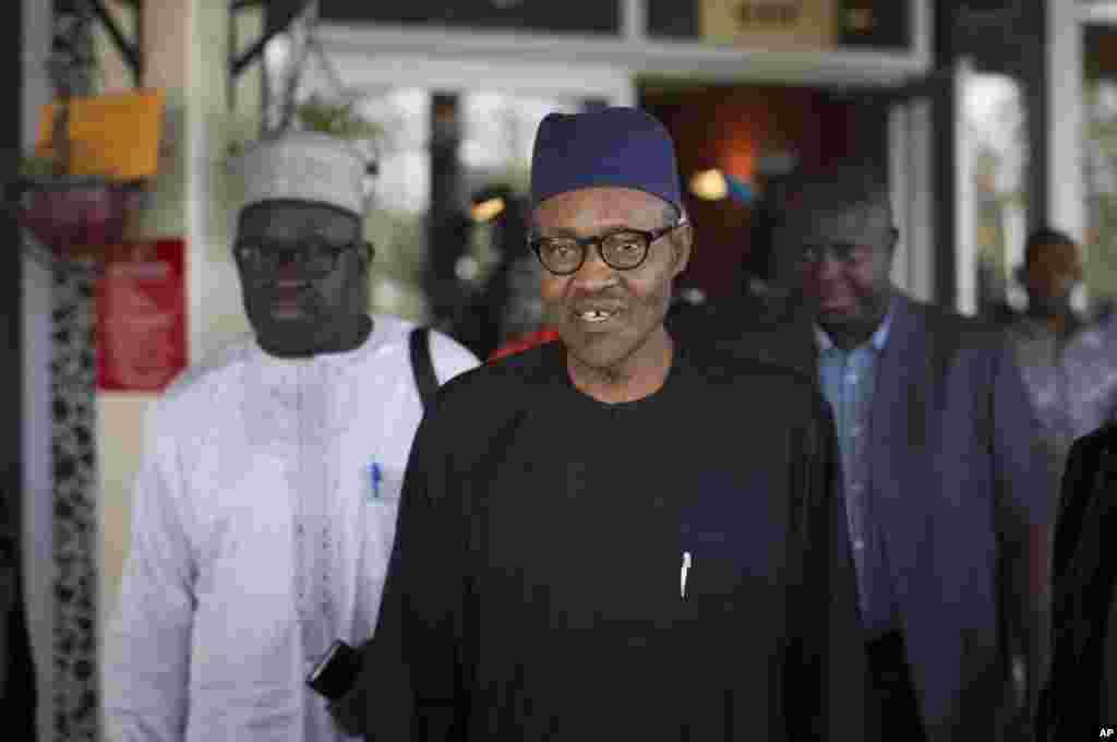 Pemimpin oposisi Nigeria, Jenderal Muhammadu Buhari, usai menandatangani perjanjian pemilu damai dan adil di ibukota Abuja dengan Presiden Goodluck Jonathan (26/3). (AP/Ben Curtis)