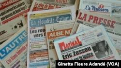 Une vue partielle des journaux qu'on retrouve au Benin, le 13 mai 2018. (VOA/Ginette Fleure Adandé)