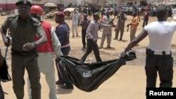 Ma'aikatan ceto dauke da gawar wani, bayan hare haren da aka kai ofishin jaridar This Day a Abuja a ranar Alhamis