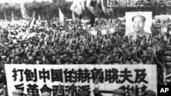 中國軍隊在文革初期開批判大會,標語中的中國赫魯曉夫指劉少奇