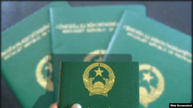 Để đổi lại một cuốn hộ chiếu mới như thế này, nhiều công dân Việt Nam ở nước ngoài phải trả phí gấp 2,3 lần quy định