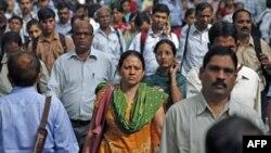 Gradjani Mumbaja u Indiji koja bi mogla da prevazidje Kinu kao najmnogoljudnija država sveta, na dan kad je svetska populacija dostigla 7 milijardi