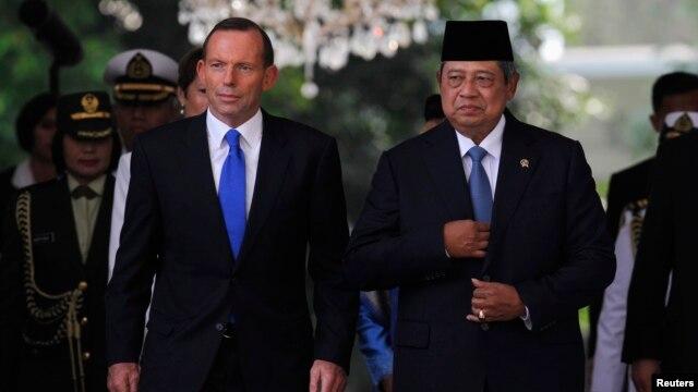 FILE - Australian Prime Minister Tony Abbott (L) walks beside Indonesian President Susilo Bambang Yudhoyono at the Presidential Palace in Jakarta, September 30, 2013.