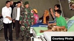 Presiden Joko Widodo menjenguk para korban gempa yang dirawat di RSUD Tanjung, Lombok Utara, NTB, Senin 13/8 (Courtesy: Setpres RI).