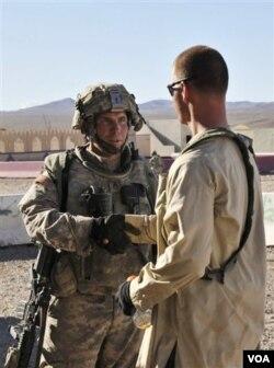 Sersan Robert Bales (kiri) saat berada di Fort Irwin, California (Foto: dok).