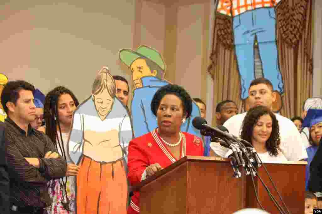 La congresista Sheila Jackson insistió en la necesidad de sensibilizar al presidente Obama sobre el drama que supone para las familias que uno de los miembros sea deportado.