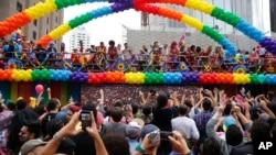 Para peserta parade hak kaum gay di Sao Paulo, Brazil, Minggu (29/5).