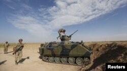 Binh sĩ và xe bọc thép của Thổ Nhĩ Kỳ tại thị trấn biên giới Akcackale, ngày 4/10/2012
