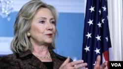 Državni sekretar Hillary Clinton je s britanskim ministrom William Hagueom , napisala tekst poruke BiH, izražavajući brigu, ali i nudeći rješenja krize