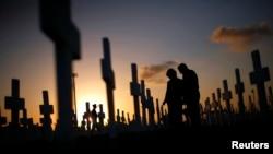 在墓地里缅怀亲人的一对伴侣(资料照)
