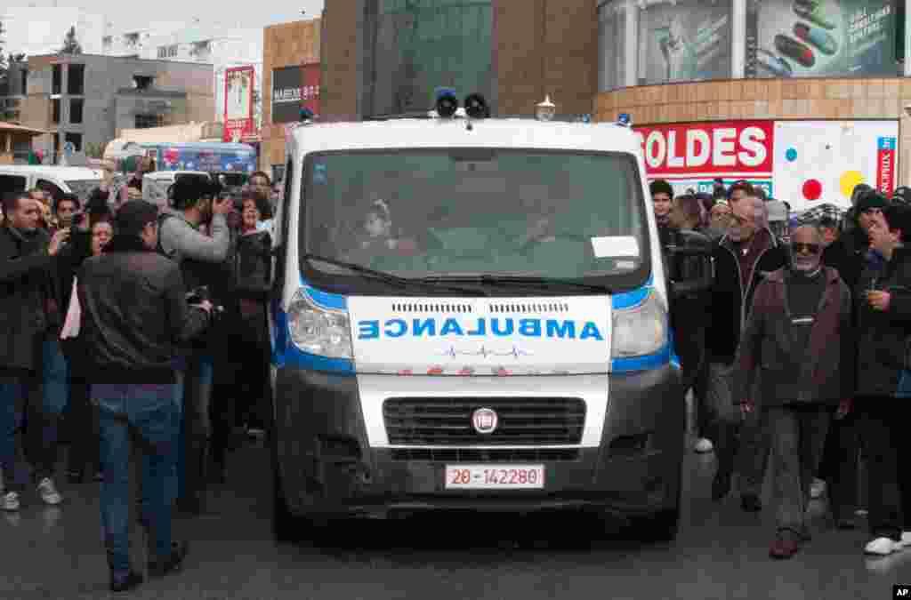 야당 지도자 초크리 벨라이드의 시체를 실은 구급차. 튀니지인들이 벨라이드의 집에서 그의 아버지의 집으로 이동하는 구급차를 쫒아가 있다.