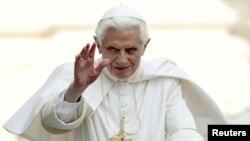 Benedicto XVI saluda a la multitud al arribar a su audiencia semanal en la Plaza de San Pedro, en el Vaticano.