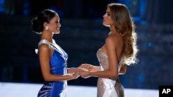 Ариадна Гутьерез Аревало (справа) и Пиа Алонсо Вурцбах на конкурсе Мисс Вселенная. Лас-Вегас, 20 декабря 2015