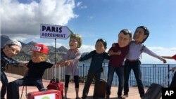 آکسفام کے سرگرم کارکن جی سیون ملکوں کے سربراہوں کے ماسک پہنے مظاہرہ کررہے ہیں، 26 مئی 2017