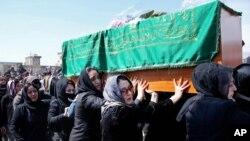 زنان افغان با شکستن تابو برای نخستین بار روز گذشته جسد فرخنده را بردوش کشیده و به خاک سپردند