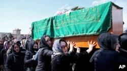 اتوار کو مقتولہ کے جلوسِ جنازہ کے موقع پر ان کا جنازہ افغان روایات کے برعکس خواتین نے اٹھا رکھا تھا