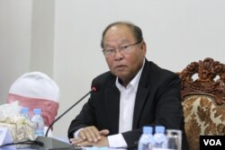 Minister of Health Mam Bunheng at the Health Ministry's weekly press conference in Phnom Penh, Cambodia, Monday, May 4, 2020. (Kann Vicheika/VOA Khmer)
