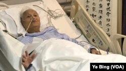 2018年4月13日,中共党史专家李锐在医院病房庆祝101岁生日。(美国之音叶兵拍摄)