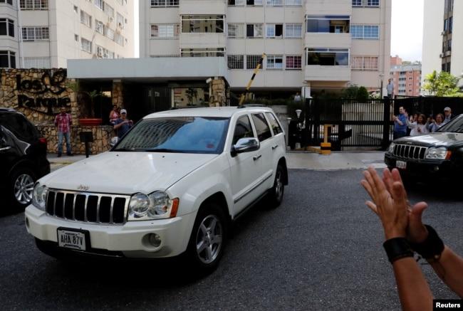 Una caravana de autos que salió de la casa del presidente interino Juan Guaidó, aparentemente lo traslada en su recorrido hacia la frontera con Colombia, donde espera recibir la ayuda humanitaria el próximo sábado 23 de febrero.