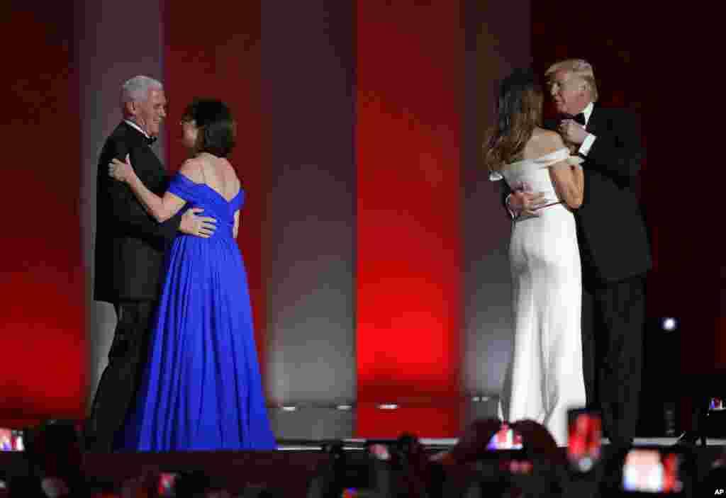 პრეზიდენტი დონალდ ტრამპი და ვიცე პრეზიდენტი მაიკ პენსი მეუღლეებთან ერთად, თავისუფლების მეჯლისი, 20 იანვარი, 2017