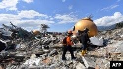 Dua anggota SAR terus melakukan pencarian korban di perumahan Balaroa di Palu, Senin, 8 Oktober 2018. Kawasan itu paling terdampak bencana gempa dan tsunami pada 28 September 2018.