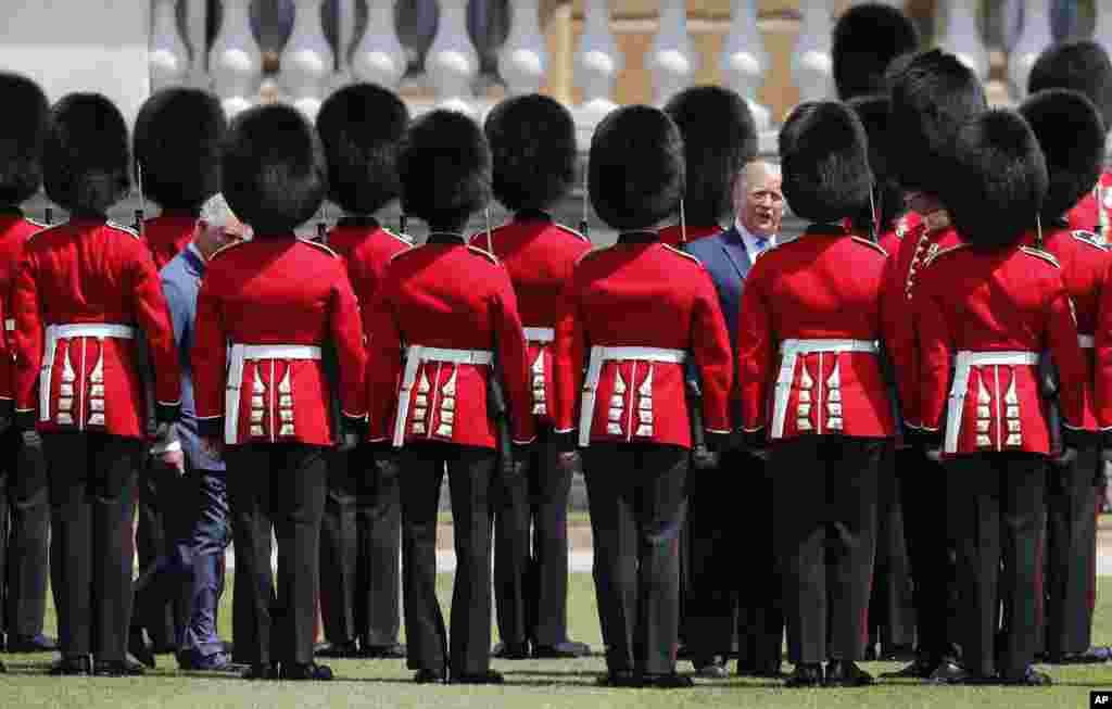 پرزیدنت ترامپ و پرنس چارلز در مراسم رسمی استقبال از رئیس جمهوری آمریکا از مقابل گارد ویژه عبور میکنند.