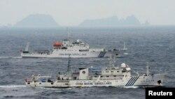 Foto yang diambil dari udara ini menampilkan dua buah kapal milik Pemerintah China, Haijian No. 49 (depan) dan Haijian No.50, saat melintasi perairan di Laut China Timur, di dekat kepulauan yang disebut Senkaku di Jepang dan Diaoyu di China, 23 April yang lalu (Foto: dok). Tiga kapal China dilaporkan kembali melintasi perairan ini, Jumat pagi jam 9:30 waktu setempat.