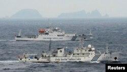 Kapal Angkatan Laut China Haijian No. 49 (depan) dan Haijian No.50 berlayar di sekitar Laut China Timur di dekat kepulauan sengketa Senkaku/Daioyu (Foto: dok). Tiga kapal pengitai China dilaporkan kembali menyeberang ke perairan teritorial Jepang di Laut China Timur sekitar pukul 09:30 pagi waktu setempat, Sabtu (22/6).