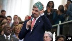 Tân Ngoại trưởng Hoa Kỳ John Kerry cho xem hộ chiếu ngoại giao đầu tiên của ông lúc ông 11 tuổi, khi thân phụ ông làm trong ngành ngoại giao