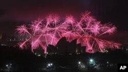 Pháo hoa thắp sáng cảng Sydney, Australia mừng năm mới, ngày 31/12/2012.