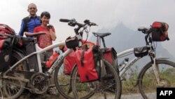 Hai vợ chồng Thùy Anh - Guim Valls Teruel đang thực hiện chuyến đi vòng quanh thế giới bằng xe đạp để cổ vũ cho việc bảo vệ môi trường.