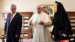 O Papa fala com o Presidente chileno Sebastián Piñera e sua esposa no Vaticano. 13 de Outubro 2018