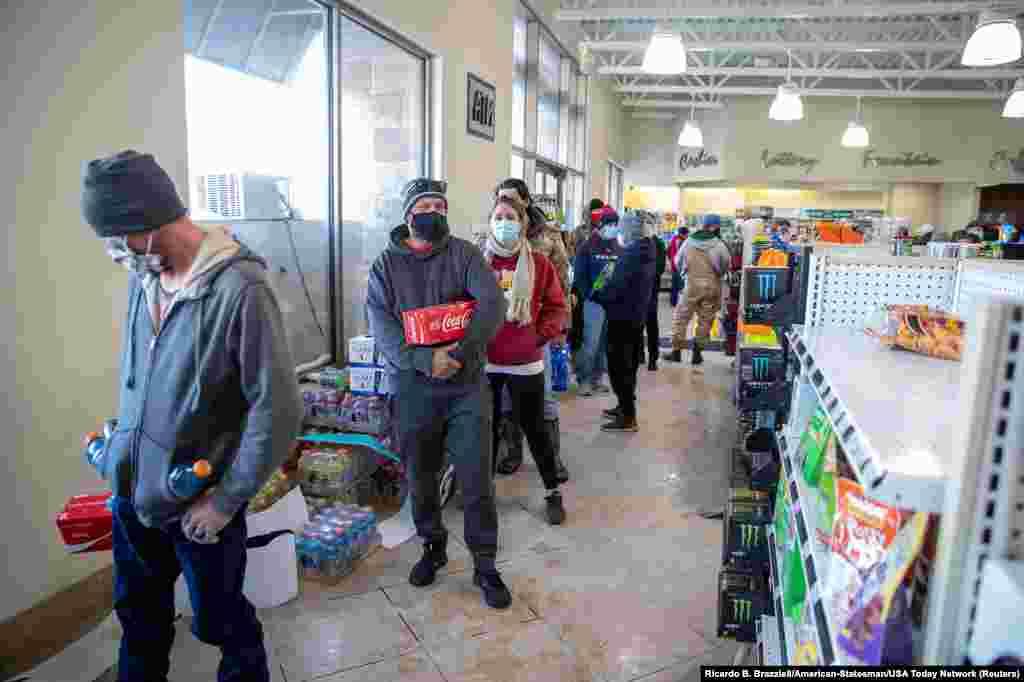 Khách hàng xếp hàng chờ mua thức ăn và đồ ăn nhẹ tại một trạm xăng ở Pflugerville, bang Texas, Mỹ, ngày 16 tháng 2, 2021. Ricardo B. Brazziell/American-Statesman/ USA Today Network via REUTERS.