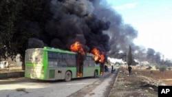 Des bus ont été incendiés, ici dans la province d'Idlib, en Syrie, le 18 décembre 2016.