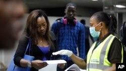 Kontrola putnika na aerodromu Murtala Muhamed u Lagosu u Nigeriji, 6. avgusta 2014.