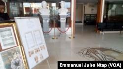 Le hall du bureau de Akere Muna situé dans l'enceinte de la fondation Solomon Tandeng Muna à Yaoundé, le 11 octobre 2017. (VOA/Emmanuel Jules Ntap)