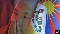 2011年10月19日西藏僧人手持西藏雪山狮子旗