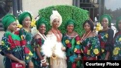 Fifi Egbebu (tengah) di hari pernikahannya tanpa kehadiran pengantin pria (dok: Fifi Egbebu)