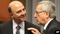 3일 벨기에 브뤼쉘에서 열린 유로존 재무장관회의에 참석한 피에르 모스코비치 프랑스 재무장관(왼쪽)과 장클로드 융커 룩셈부르크 총리 겸 유로존 재무장관회의 의장.