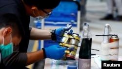 一名香港警察在检验理工大学校园里的危险品证据。(2019年11月28日)