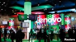 Para pengunjung melihat-lihat produk-produk Lenovo dalam pameran Mobile World Congress di Barcelona, Spanyol, 27 Februari 2017.