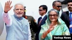 6일 방글라데시 수도 다카의 하즈라트 샤잘랄 국제공항에서 셰이크 하시나(오른쪽) 방글라데시 총리가 자국을 방문한 나렌드라 모디 인도 총리를 영접하고 있다.