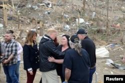برخی نزدیکان قربانیان گردباد اخیر با پرزیدنت ترامپ دیدار کردند.