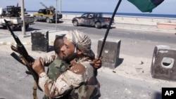 10月20号反卡扎菲武装力量庆祝卡扎菲被击毙