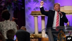 Donald Trump berbicara di gereja Great Faith Ministries International di kota Detroit, Michigan, Sabtu (3/9).