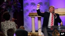 도널드 트럼프 공화당 후보가 3일 디트로이트 시의 흑인 교회를 방문해 지지를 호소하고 있다