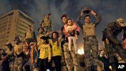 Des soldats de l'armée égyptienne célèbrent avec des enfants après la démission du président Hosni Moubarak, au Caire, Egypte,11 février 2011.